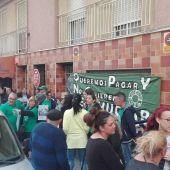 Concentración de la Plataforma de Afectados por las Hipotecas de Elche en el barrio de Carrús.