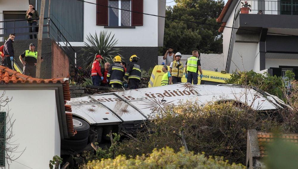 Rescatistas inspeccionan el sitio de un accidente de donde chocó un autobús