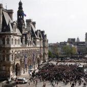 Cientos de personas homenajean a los bomberos que participaron en la extinción del incendio de Notre Dame