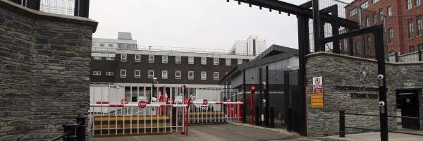 Vista general de la entrada del cuartel general de la policía en London Derry, en Irlanda del Norte