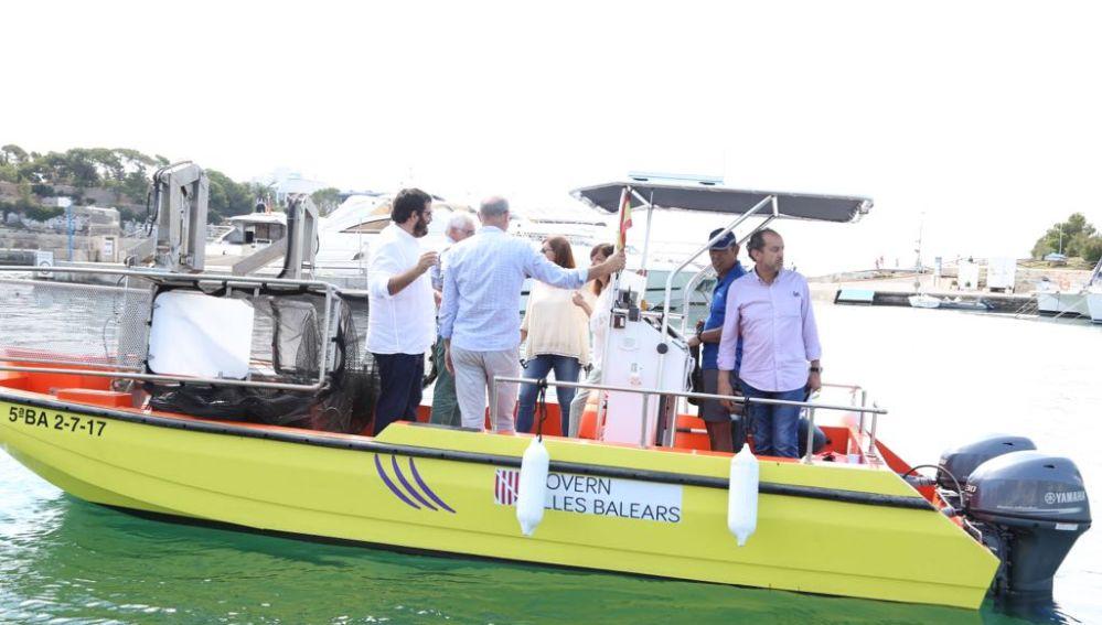El Conseller de Medio Ambiente, Vicenç Vidal, y la Presidenta del Govern, Francina Armengol, a bordo de una de las barcas de limpieza del litoral.