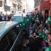 Integrantes de la PAH Elche concentrados en el barrio de Carrús.