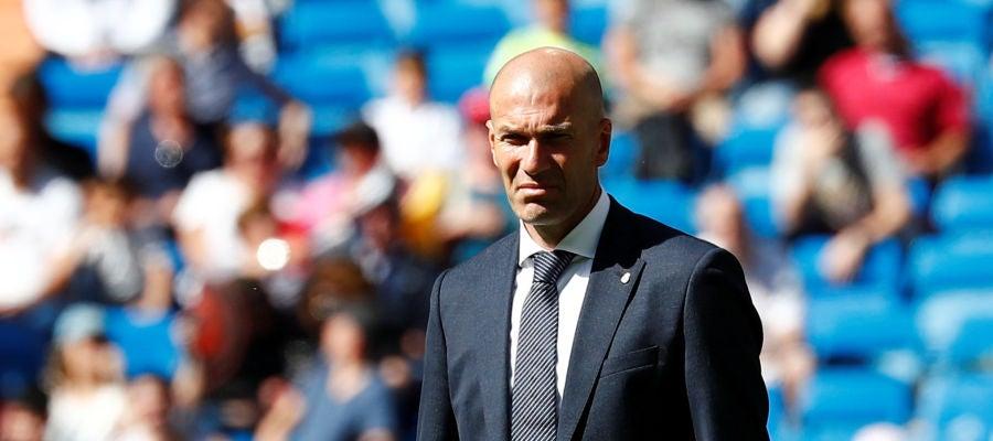 Zinedine Zidane, con gesto serio en la banda técnica