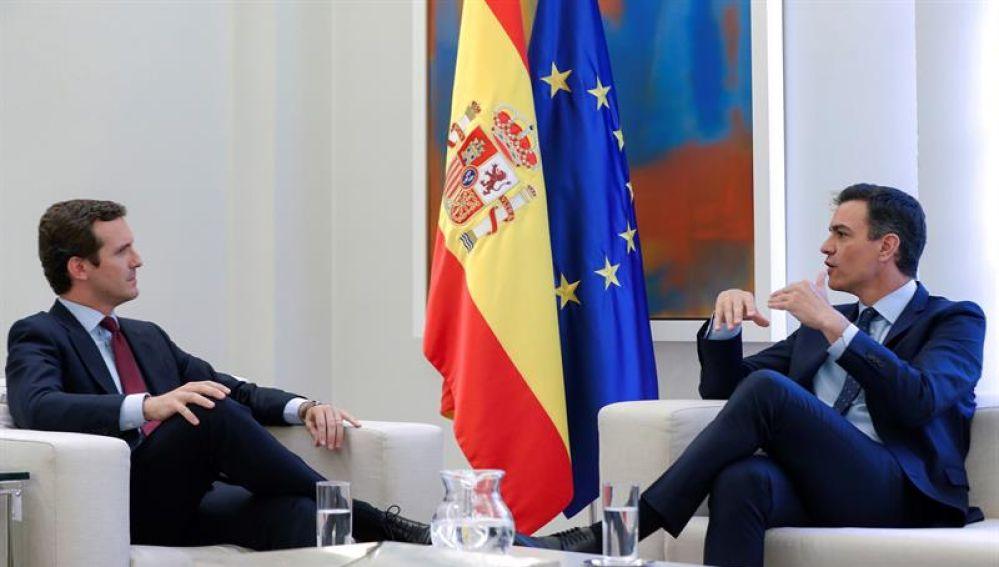Pablo Casado y Pedro Sánchez durante su reunión en Moncloa
