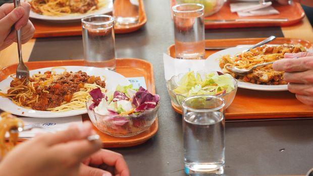 Pisamos la calle: El aumento de las alergias alimentarias multiplica por cuatro los menús escolares