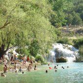 Visitantes bañándose en las Lagunas de Ruidera
