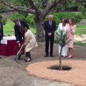 El detalle del Rey con Carmen Clavo al plantar el olivo de la Paz