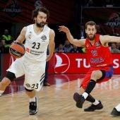 Llull bota el balón ante la defensa de Sergio Rodríguez