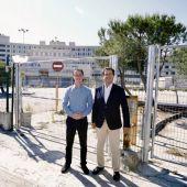 Llorenç Galmés y Biel Company (PP) a las puertas del antiguo hospital de Son Dureta de Palma.