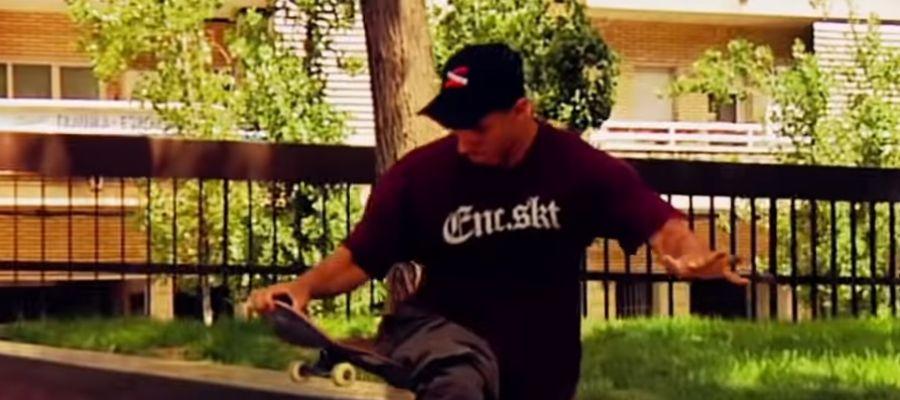 El skater Italo Romano realiza un truco sobre su monopatín