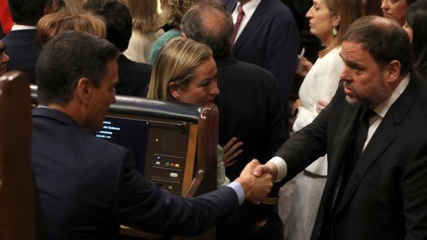 Junqueras y Sánchez protagonizan el momento del día al saludarse en el Congreso