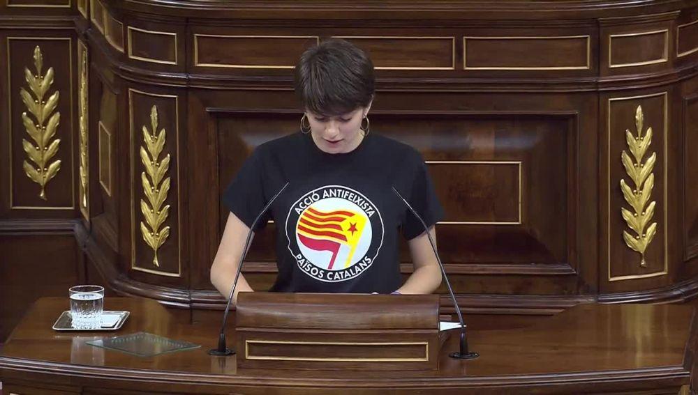 La secretaria primera, Marta Rosique, de ERC lee el Real Decreto de convocatoria y luce una camiseta de acción antifascista