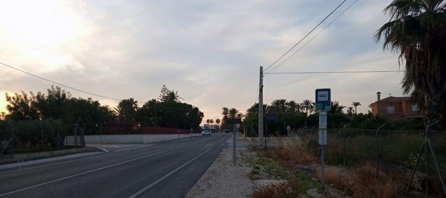 Parada de autobús sin marquesina en una pedanía de Elche.
