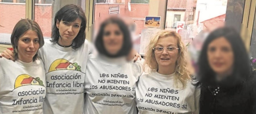 Ana Bayo, a la izquierda, junto a María Sevilla (Infancia Libre)