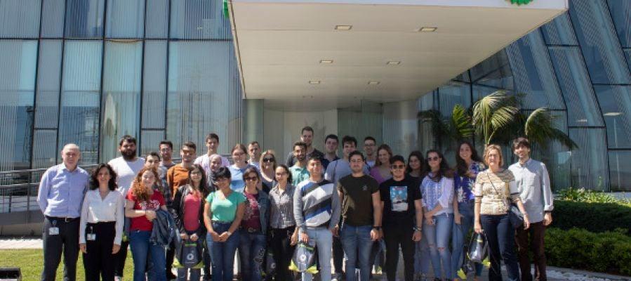 Grupo de estudiantes de la UJI, visita las instalaciones de BP