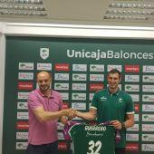 Rubén Guerrero en su presentación como nuevo jugador de Unicaja con Carlos Jiménez