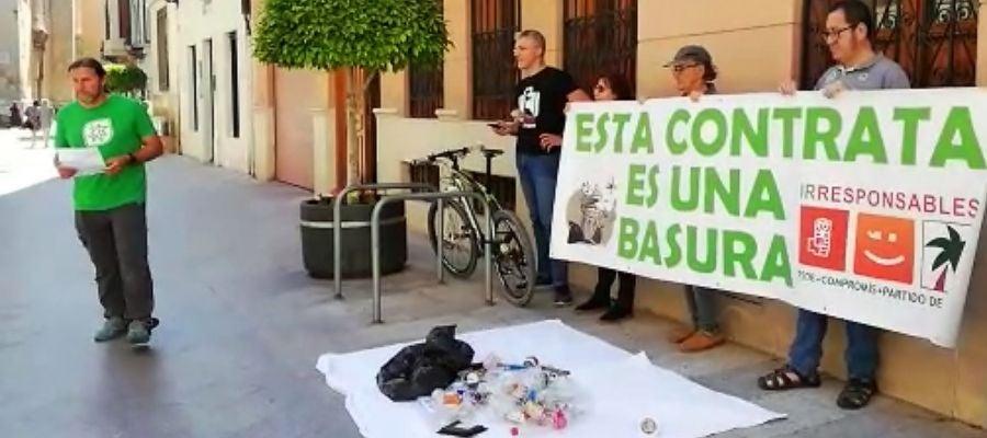 Miembros de Margalló protestan ante la Concejalía de Limpieza de Elche.