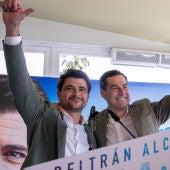 El candidato del PP, Beltrán Pérez, junto al presidente de la Junta, Juanma Moreno.