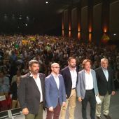 Santiago Abascal preside el acto central de campaña en el Trui Teatre de Palma, flanqueado por los candidatos de Vox Baleares.