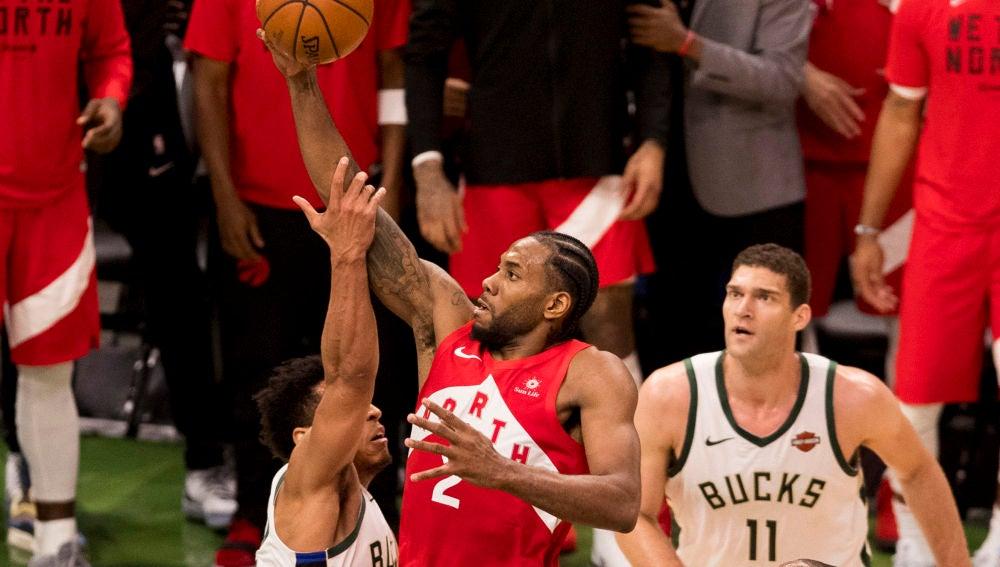 Kawhi Leonard penetra a canasta ante la defensa de los Bucks