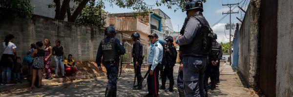 En la imagen, miembros de la Policía en las inmediaciones de un centro de reclusión en Venezuela.