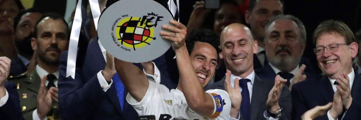 Parejo levanta la Copa del Rey en el Villamarín