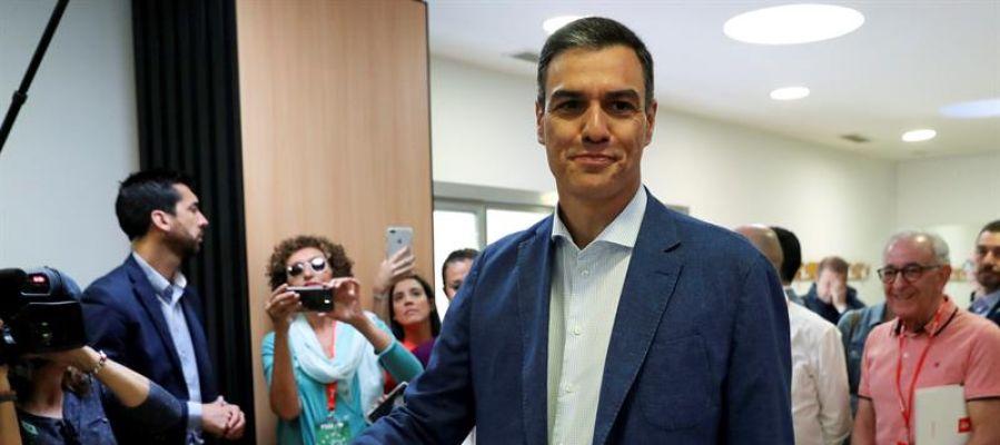 El presidente del gobierno Pedro Sánchez, votando