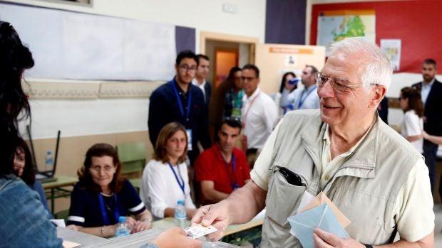 Josep Borrell votando en un colegio de Valdemorillo, en Madrid