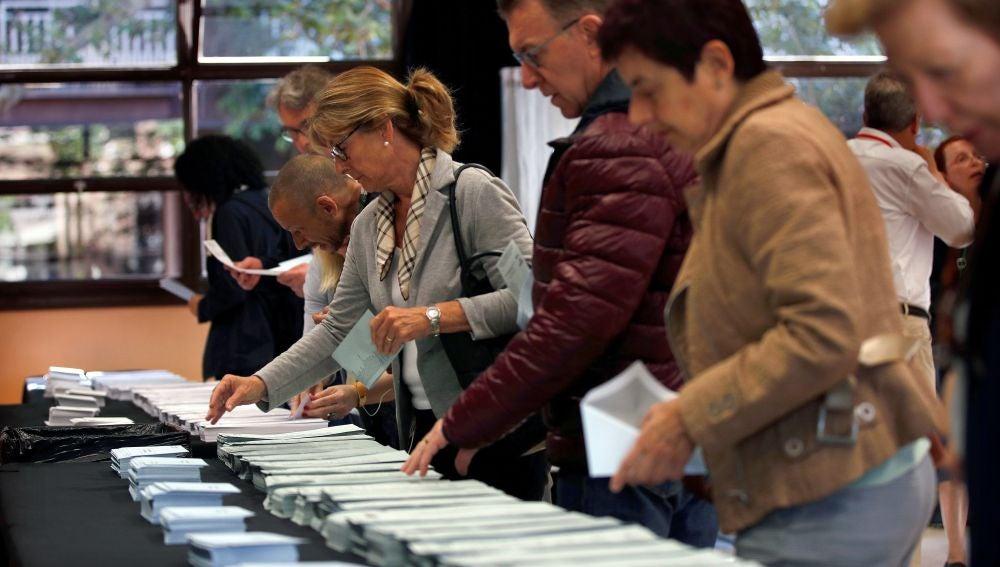 Varios ciudadanos escogen sus papeletas electorales