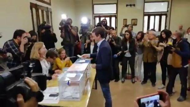 Así ha votado Casado en un colegio de Madrid