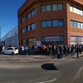 Largas colas en el consulado rumano en Castellón.