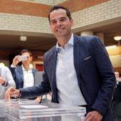 El candidato de Ciudadanos a la Comunidad de Madrid, Ignacio Aguado, vota en un colegio de Madrid