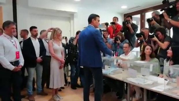 Así ha votado el presidente del Gobierno en funciones, Pedro Sánchez, en un colegio de Pozuelo de Alarcón