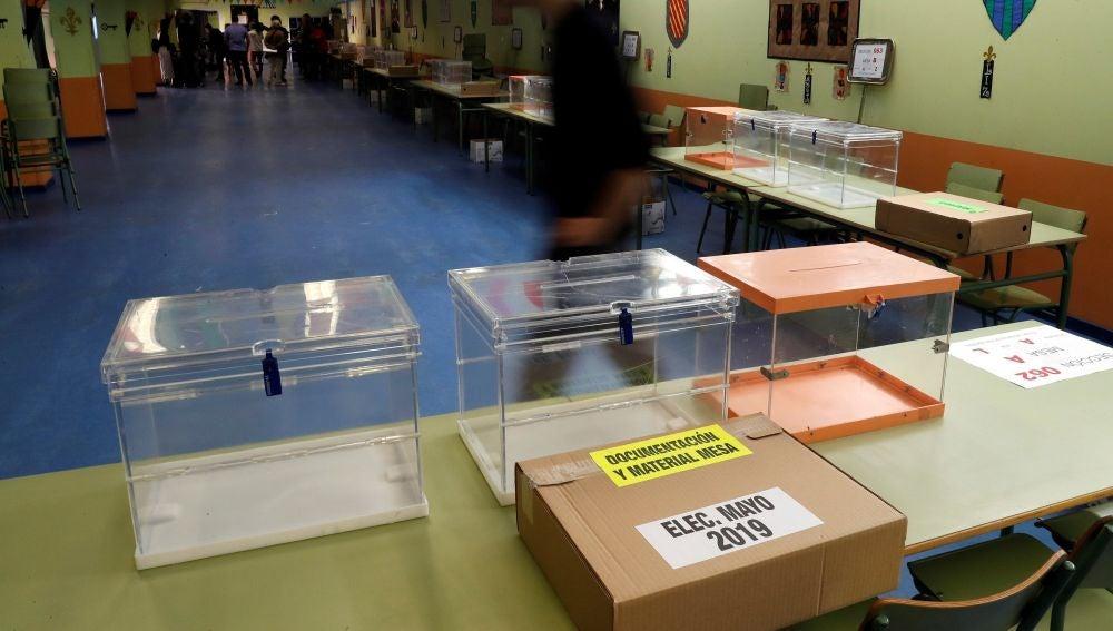 Las mesas electorales en un colegio público madrileño