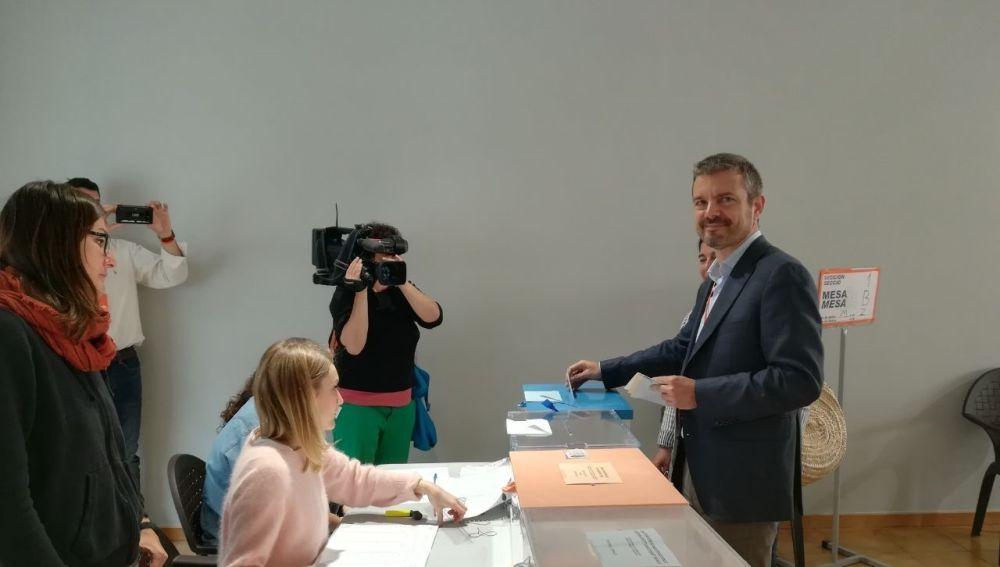 El candidato de Ciudadanos al Govern, Marc Pérez Ribas, vota en un colegio de Sóller en las elecciones del 26-M.