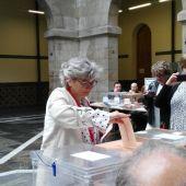 La candidata del PSOE, Ana González, ejerce su derecho al voto en los comicios el #26M