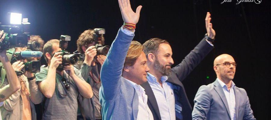 Jorge Campos, líder de VOX Baleares, junto a Santiago Abascal.