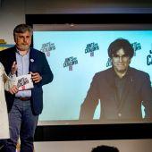 La concejala de JxCat, Elsa Artadi, y el director de campaña, Albert Batet, siguen la videoconferencia de Carles Puigdemont.