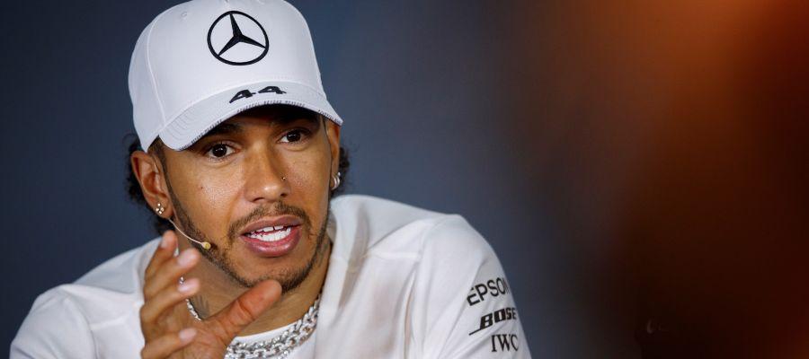 Lewis Hamilton habla con los medios
