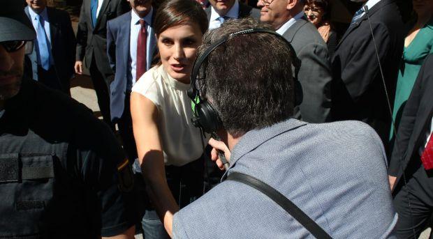 El saludo de la Reina Letizia a Carlos Alsina en el especial Más de uno en la Feria del Libro