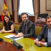 Los representantes de Vox en el Congreso, Pedro Hernández (d), Iván Espinosa de los Monteros y Macarena Olona Choclán (3d), durante la reunión que han mantenido con representantes del PP en la Cámara Baja para avanzar en las negociaciones de gobiernos