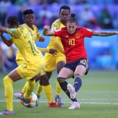 Jennifer Hermoso golpea el balón en el partido de España