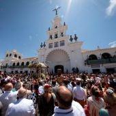 El Simpecado de la Hermandad de Moguer (Huelva), durante el acto de presentación de Hermandades celebrado hoy ante el santuario de la Virgen del Rocío