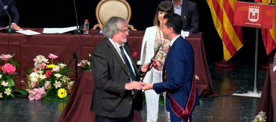 Rubén Alfaro recibe la vara de mando que le reconoce como Alcalde de Elda.