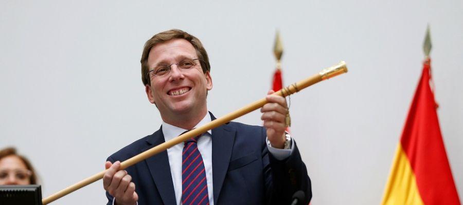 Almeida muestra el bastón de mando tras la constitución del nuevo ayuntamiento de Madrid