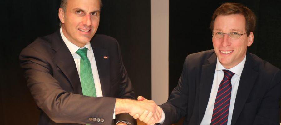 Ortega Smith y José Luis Martínez Almeida firman el acuerdo para la Alcaldía de Madrid.
