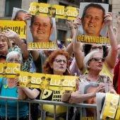 Independentistas protestan contra Colau y el PSC ante el Ayuntamiento de Barcelona