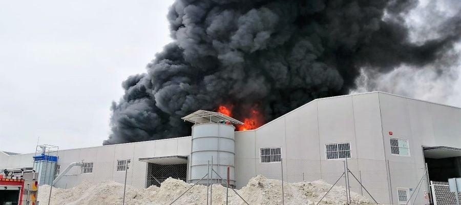 Incendio en nave industrial del polígono Cachapets de Crevillent.