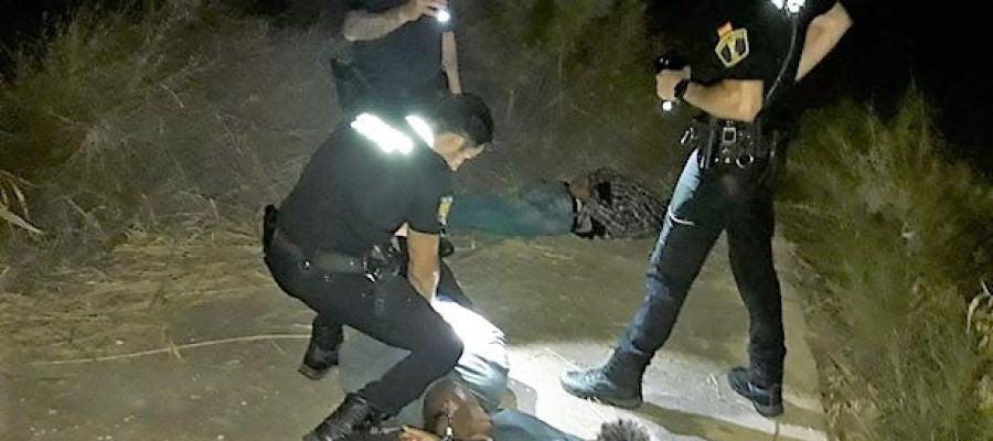 Agentes de la Policía Local en el momento de reducir a los detenidos.