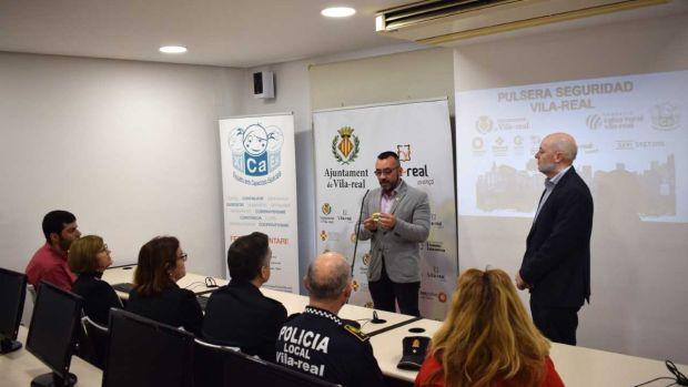 L´alcalde José Benlloch durant la presentació de la polsera d´emergència.